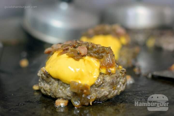 Hambúrguer de costela com cheddar e cebola caramelizada - 'O'Burguer inaugura foodtruck e hamburgueria