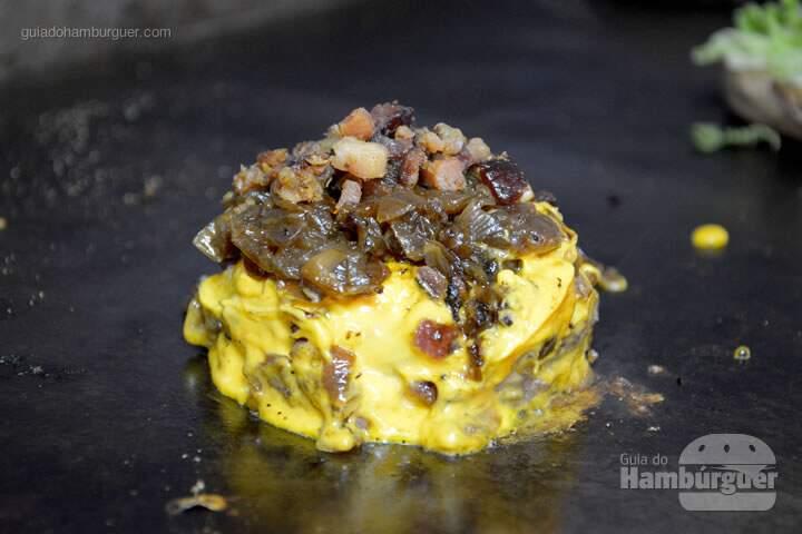 Hambúrguer de costela com cheddar, cebola caramelizada e bacon - 'O'Burguer inaugura foodtruck e hamburgueriaHambúrguer de costela com cheddar, cebola caramelizada e bacon - 'O'Burguer inaugura foodtruck e hamburgueria