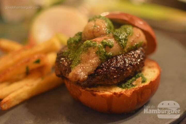 Moonburguer - pão brioche, hambúrguer de 160g, tutano e manteiga de salsa a bordelaise (molho tradicional da culinária francesa feito com vinho e tutano), salada, picles e fritas por R$ 45,00 - Oui Restaurante