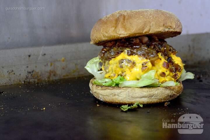 Hambúrguer de costela recheado com cheddar, cebola caramelizada, bacon e alface no pão australiano - 'O'Burguer inaugura foodtruck e hamburgueria