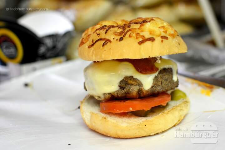 Hambúrguer bovino recheado com R$ 23,00 com carne louca, muçarela, picles, tomate, ketchup defumado caseiro no pão com parmesão por R$ 23,00   - 'O'Burguer inaugura foodtruck e hamburgueria