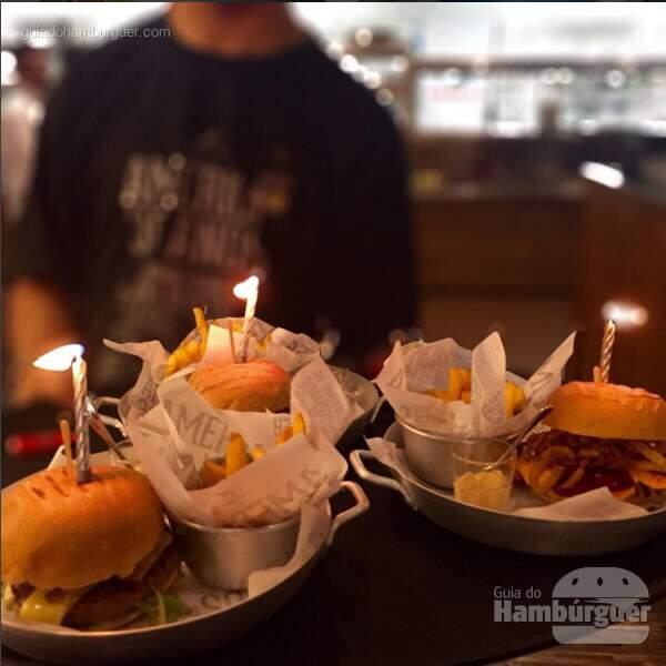 Hambúrguer servidos com velinha de aniversário - 30 anos de Restaurante America