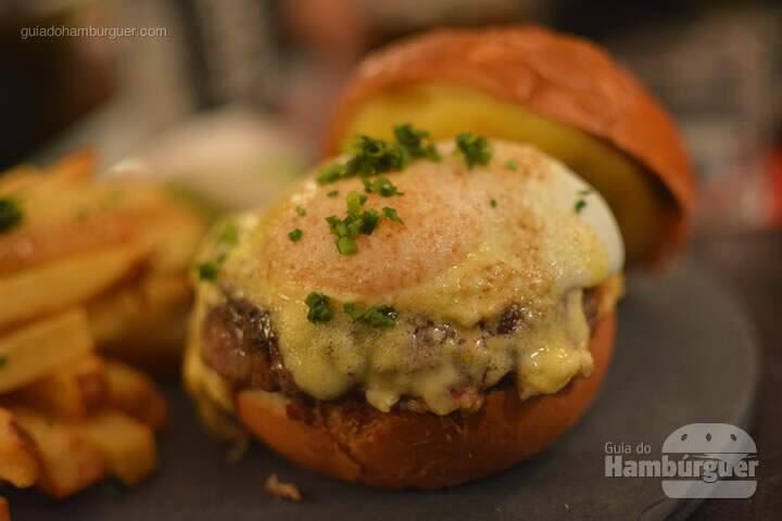 Oui Burguer - pão brioche, hambúrguer de 160g, ovo 63 (cozido a 63˚C para deixar a gema perfeita e mole), molho hollandaise (molho semelhante à maionese feito com gema de ovos e manteiga), salada, picles e fritas por R$ 33,00 - Oui Restaurante