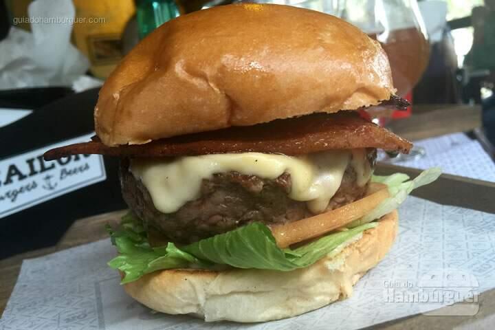 Our Basic por R$ 18,00 com hambúrguer Angus de 180g, alface americana, tomate caqui e maionese caseira. Acrescentamos queijo prato por R$ 5,00 e Beer Bacon por R$ 4,50 - Sailor Burgers & Beers