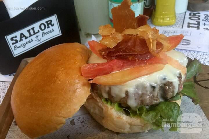 B&B Burger por 32,00 com queijo Minas da Serra da Canastra, alface roxa, tomate confit defumdo a frio, crocante de presunto parma e maionese de pimenta biquinho - Sailor Burgers & Beers
