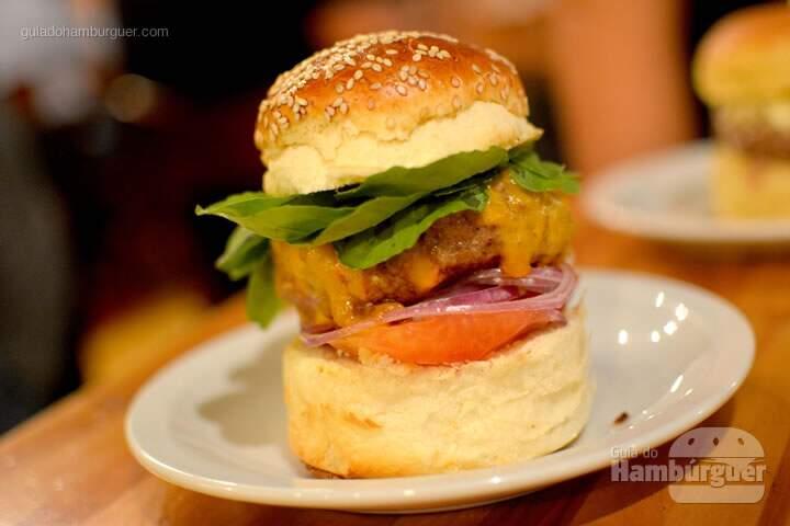 Chorão, hambúrguer de 180g, queijo cheddar, tomate, cebola roxa e rúcula no pão ocom gergelim por R$ 25,00 - AÉ Sagarana