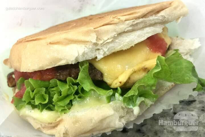 Cheesesalada servido no pratinho de plástico - Casa da Mortadela
