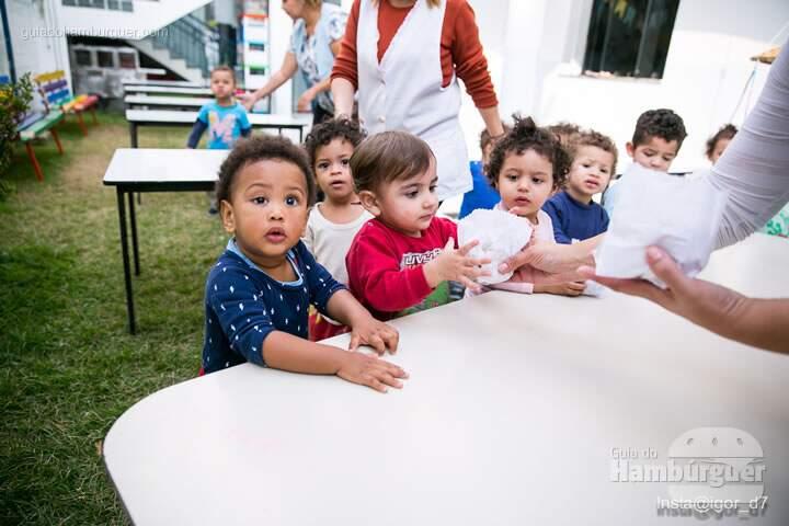 Criançada se alimentando - Meu Primeiro Hambúrguer 1ª edição