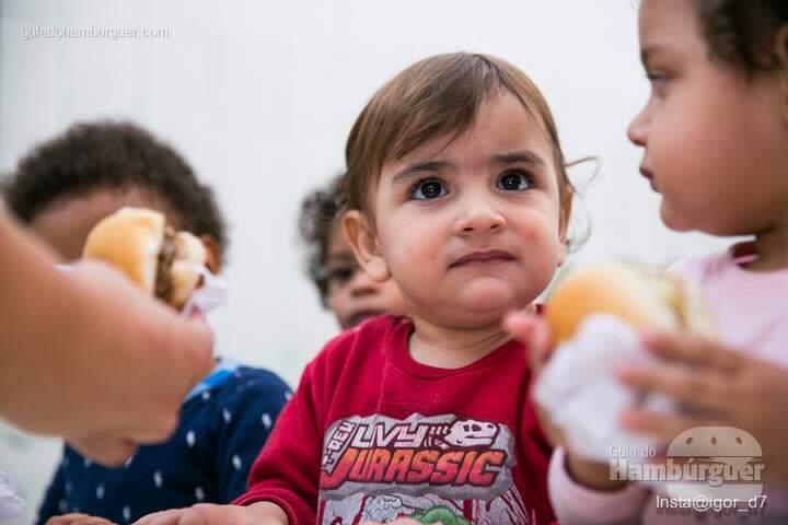 Criancinhas adorando os burguinhos - Meu Primeiro Hambúrguer 1ª edição