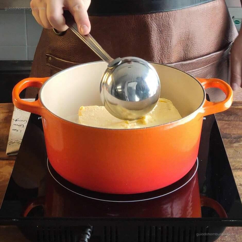 Receita Manteiga Clarificada: Aqueça a manteiga comum sem sal em uma panela de fundo grosso no fogo bem baixo e sempre mexendo para não queimar