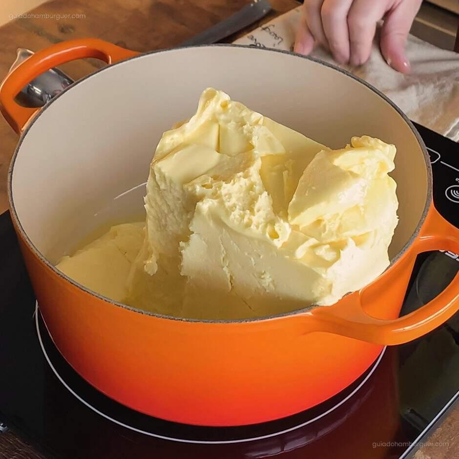 Receita como fazer Manteiga Clarificada: Aguarde enquanto a manteiga derrete lentamente.
