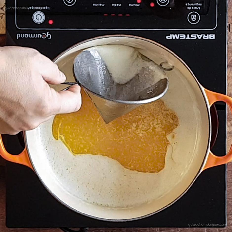 Receita como fazer manteiga clarificada: Com a manteiga aquecida em fogo minimo