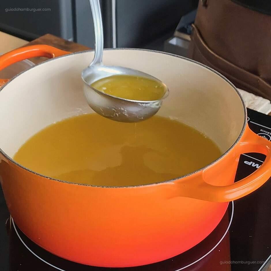 Receita como fazer manteiga clarificada: Desligue o fogo e retire toda a parte