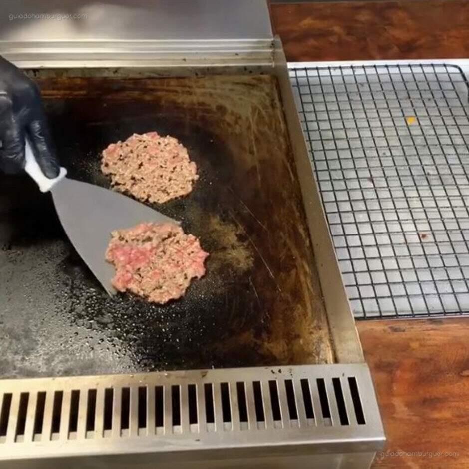 Use uma espátula ou raspador para virar o burger, mas preste atenção para não perder aquela valiosa crosta de sabor - use a espatula