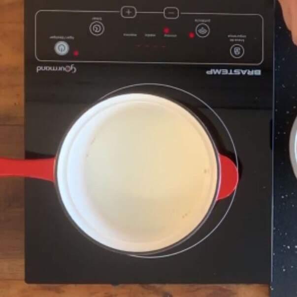1. Em uma panela adicione o leite e espere ele alcançar o processo de quase fervura
