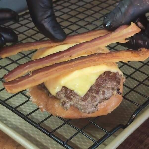 12- A dica aqui é: monte seu burger com os donuts virados para dentro, assim você não suja tanto suas mãos na hora de comer e aproveita todo o sabor adocicado do produto Receita: Donut Burger com bacon - hambúrguer dentro donut glaceado
