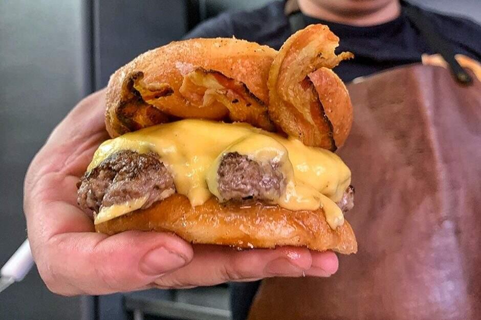 13- Tudo pronto é hora de se deliciar - Receita: Donut Burger com bacon - hambúrguer dentro donut glaceado