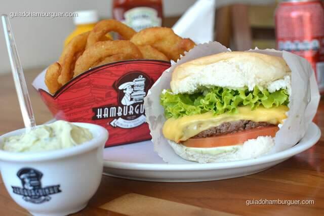 Cheese Salada acompanhado de onion rings e maionese à parte - Hamburguinho, tradicional desde 1974