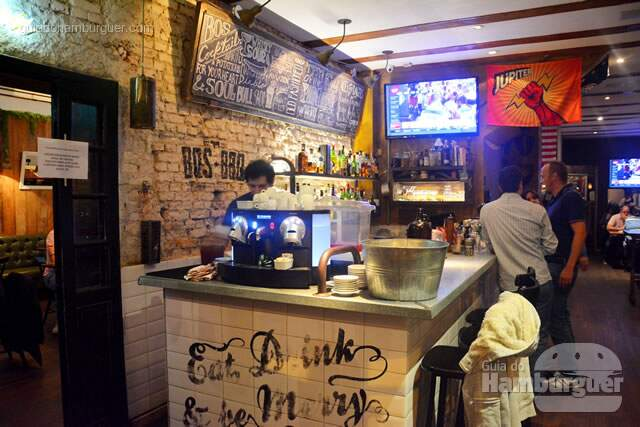 Bar logo na entrada - BOS BBQ