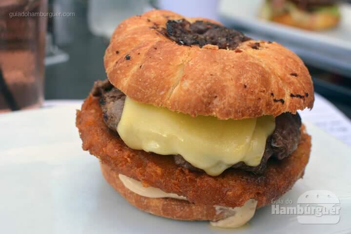 Hash a Burger Hambúrguer de 150g de Angus beef, hash brown (batata finamente ralada e frita), queijo americano, duas fatias de baco, picles artesanal e maionese de alho por R$ 26,50 - New York Cafe